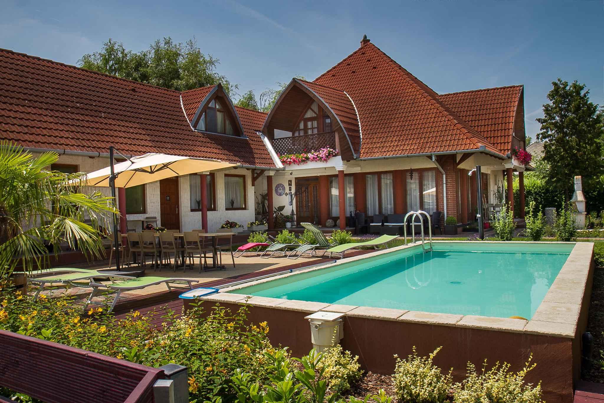 Ferienzimmer in einem Apartmenthaus mit Pool und I  in Ungarn