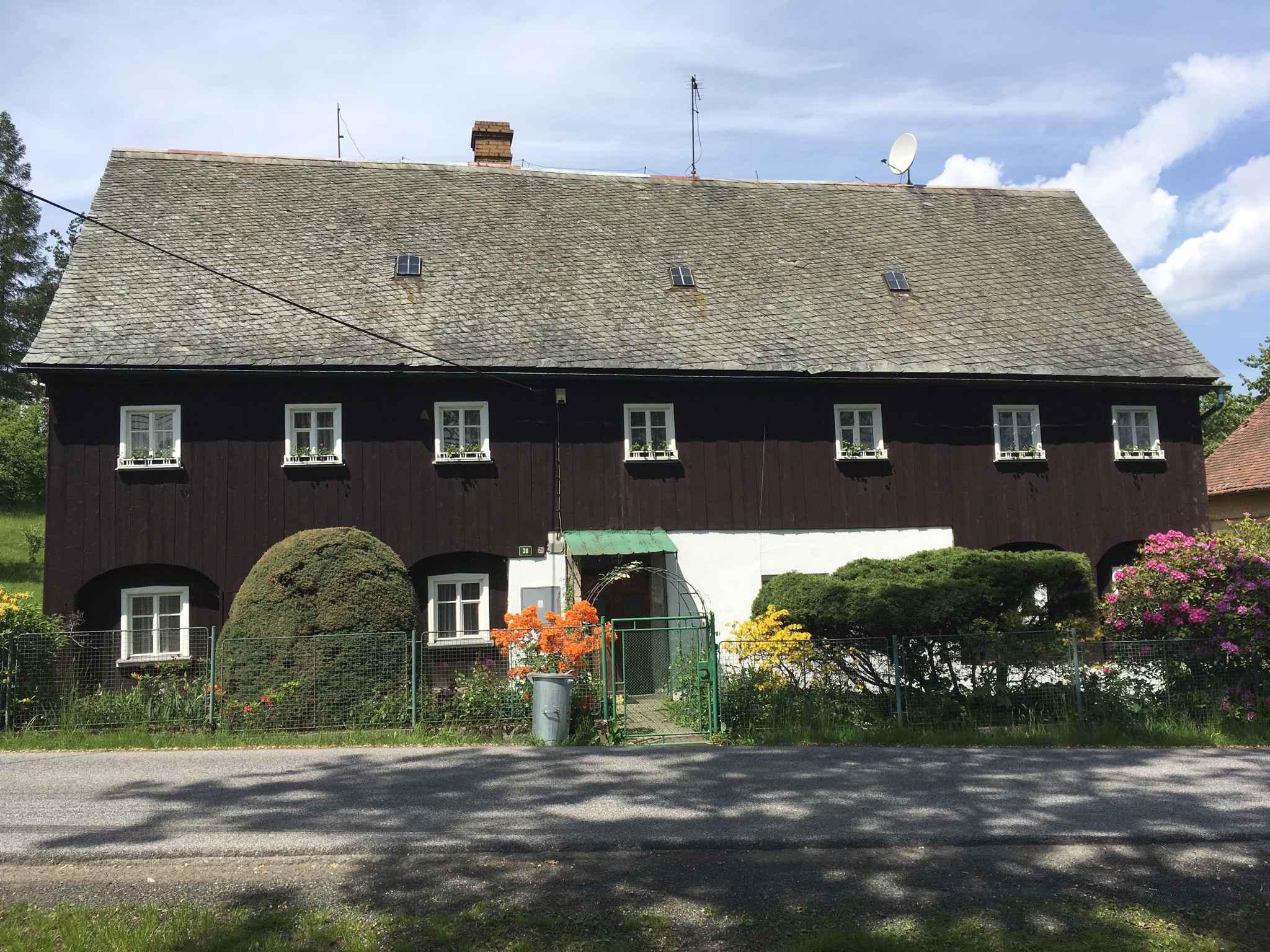 Ferienhaus mit einem großen Garten einem Außenpool und Tischtennis